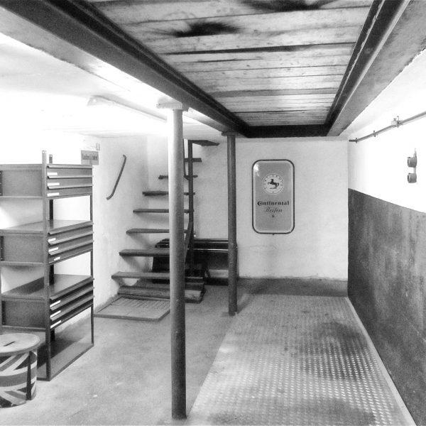 Blick in die Oldtimer-Werkstatt: Karosserie Garage, Bad Saulgau, Werkstattgrube und Ölkeller
